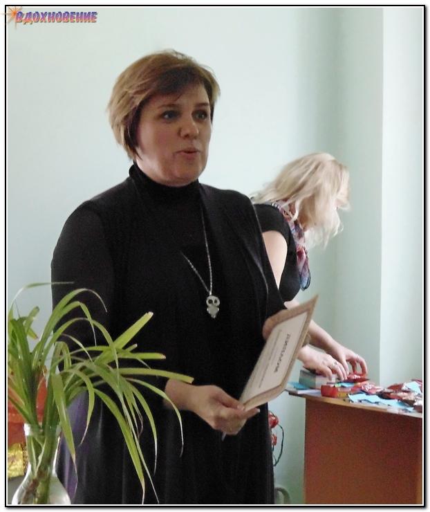 Зам.директора по УР награждает участников